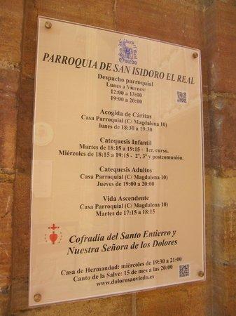 Parroquia de San Isidoro El Real: Cartel con información en el acceso.