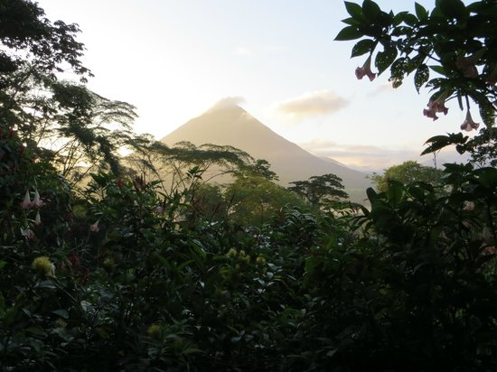Lost Iguana Resort & Spa: Arenal in a.m.