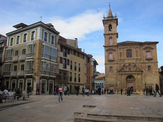 Parroquia de San Isidoro El Real: La iglesia y su entorno, en la plaza de la Constitución.
