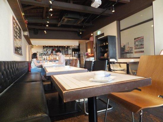 PLUS cafe: 店内