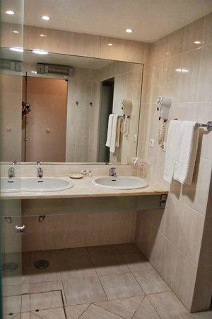 Hotel do Cerro : Very spaciuos bathroom