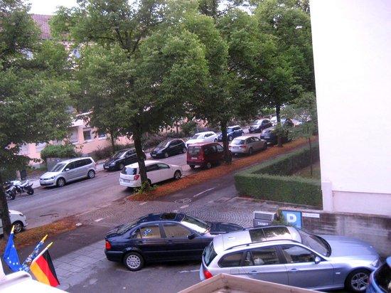 Hotel Kriemhild: 窓を開けると