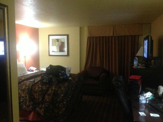 Days Inn Joplin: Room, patio doors behind curtain