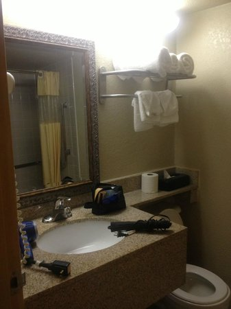 Days Inn Joplin: Bathroom, nice and clean