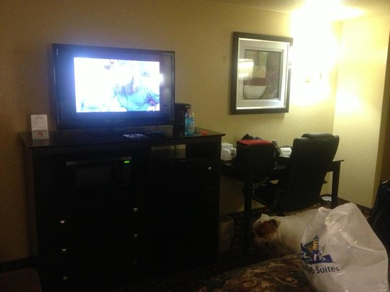 Days Inn Joplin: TV, desk area