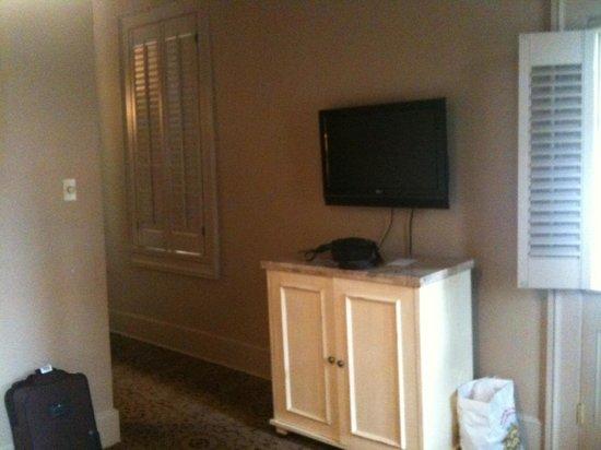 Dauphine Orleans Hotel: Hermann 2nd floor suite tv in bedroom