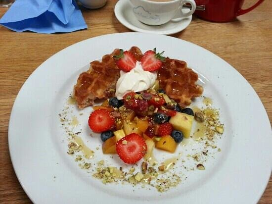 Blue Sky Cafe: Amazing waffles and a super cup of tea!