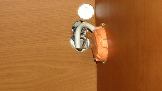 Sonnenwaldhotel: Lichtschalter durch Kleiderschrank montiert