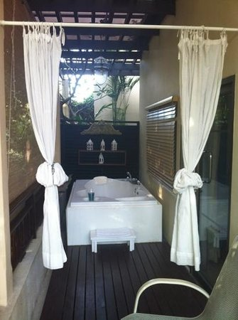 Burasari Resort: spa bath on the deck - blue breeze room