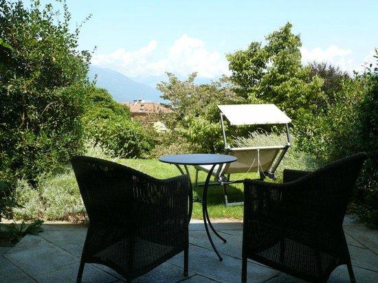 Park Hotel Villa Belvedere: Terrasse vor dem Zimmer mit Blick in den Park und zum See