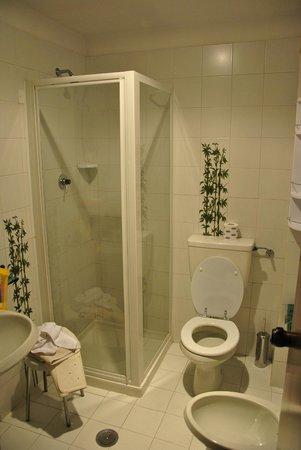 Hotel President: Чистая приятная ванная комната
