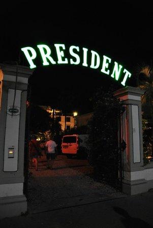 Hotel President: Вход в отель