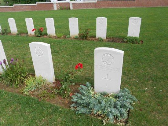 Pheasant Wood Military Cemetery: Quelques fleurs