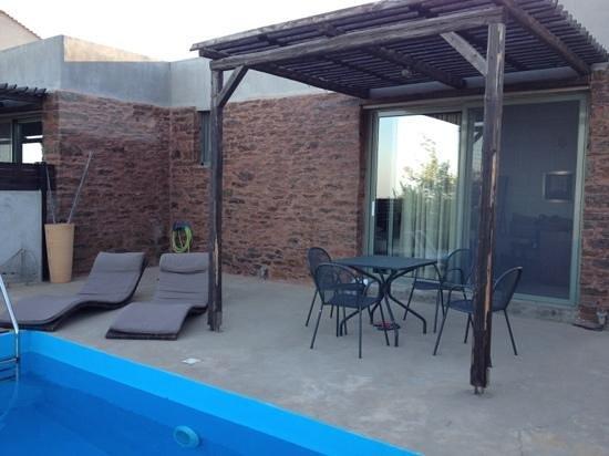 Gerakari Suites: Wonderful terrace with swimming pool