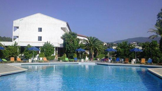 Livadi Nafsika Hotel: Pris de la piscine avec l'hôtel dans le fond