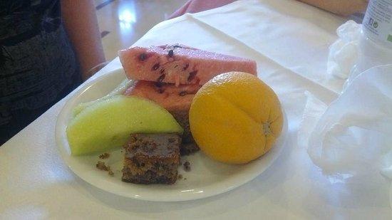 Livadi Nafsika Hotel: Un exemple de dessert- fruits frais et pâtisseries grecques