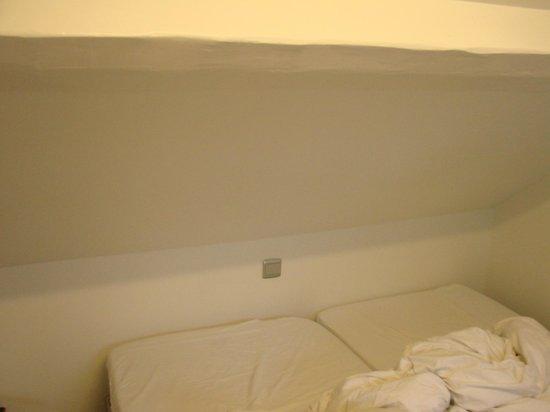 2Go4 De Brouckère: teto sobre a cama... muito baixo!