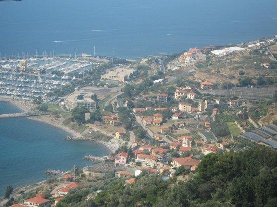 Albergo Lucciola : la vista dell'Hotel da Cipressa