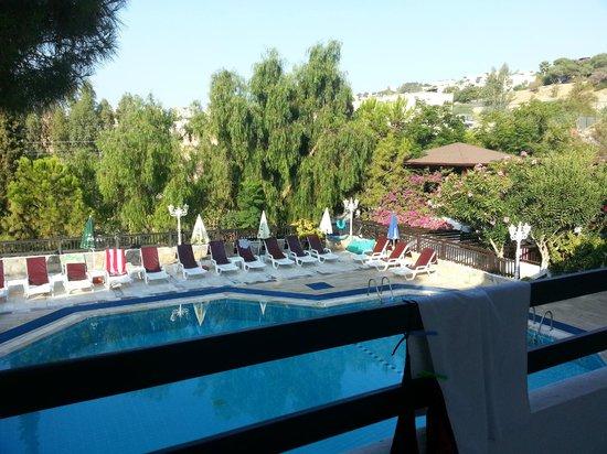 Yildiz Hotel: Sabah saat sekiz.Kahvaltıya inmeden önce balkon manzaramız :)