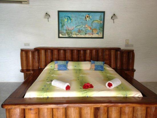 Lazare Picault Hotel: Chambre spacieuse avec décor kitsch