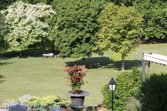Le Chateau de la Tour: Lounge zitjes onder de prachtige bomen