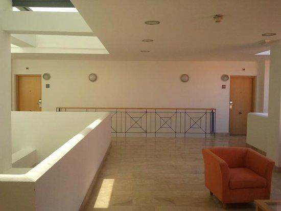 PARQUE TROPICAL: Hall de acceso a apartamentos