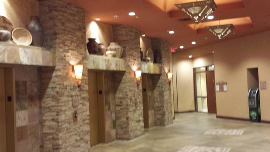 Embassy Suites by Hilton Albuquerque - Hotel & Spa: elevators