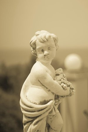 Dina's Paradise Hotel & Apartments: The Cherub next to the Pool Shower