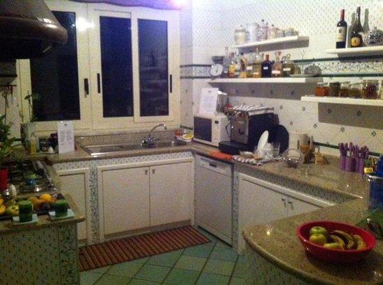 Sorrento Flats: cucina con cibi, bevande ed accessori a disposizione dei clienti
