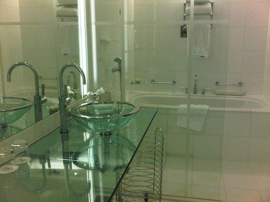 Fairmont Singapore: Clean Bathroom