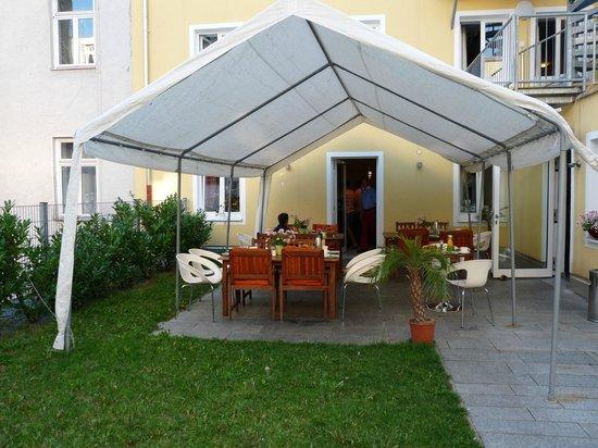 Andra Muenchen Hotel: giardino esterno colazione