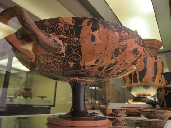 Museo Archeologico Nazionale: Vasi dipinti (Kylix attica in primo piano)