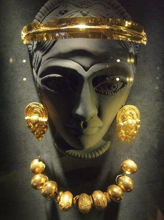 Museo Archeologico Nazionale: Un esempio dei molti gioielli recuperati negli scavi