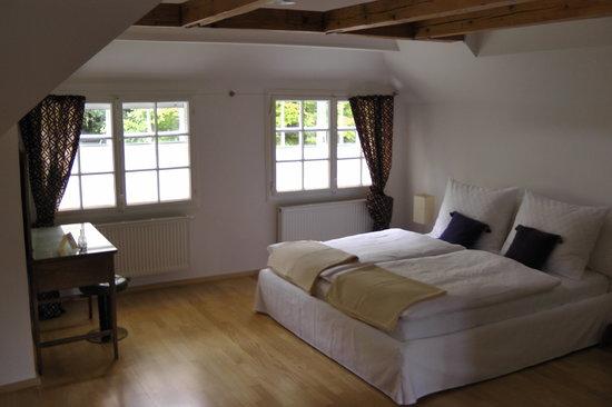 hochwertige betten und traumhafte ruhe f r erholsamen schlaf bild von schloss sch nau jagdhaus. Black Bedroom Furniture Sets. Home Design Ideas