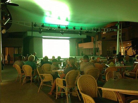 Aparthotel & Hotel Isla de Cabrera : bar aparthotel, gran TV