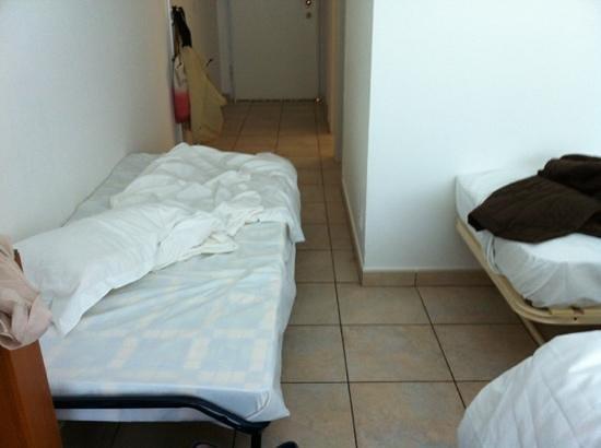 Lilium Maris : lit de camp enfant dans le couloir