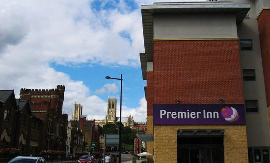 Premier Inn Lincoln City Centre Hotel: View of hotel looking up Broadgate showing how close Lincoln Cathedral is to it. Very handy!