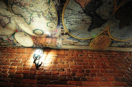 SSHostel On Nevskiy 130: И взрослые и дети всегда долго разглядывают древние карты