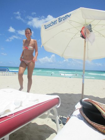 The Betsy - South Beach: sombrillita en la playa