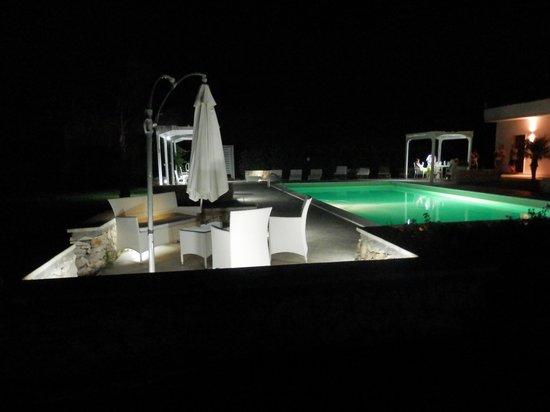 Tenuta San Nicola: Vista nocturna de la piscina