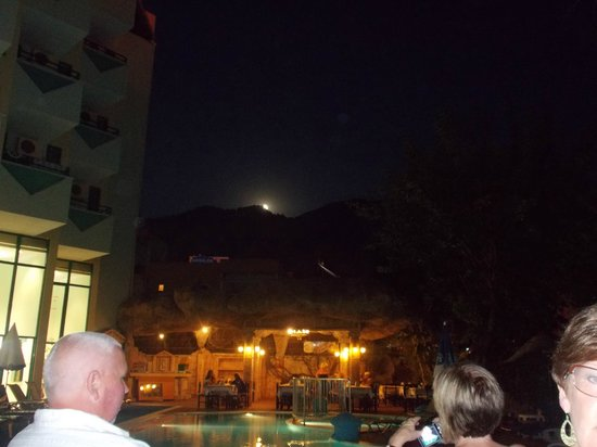 Hotel Siesta: Full Moon over the Dining Area