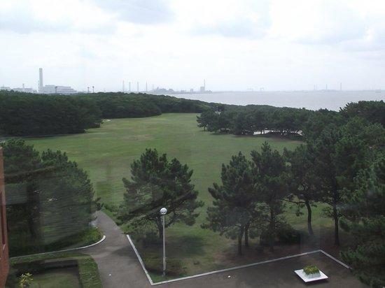 Inage Ocean Park: 稲毛記念館から芝生広場の眺め