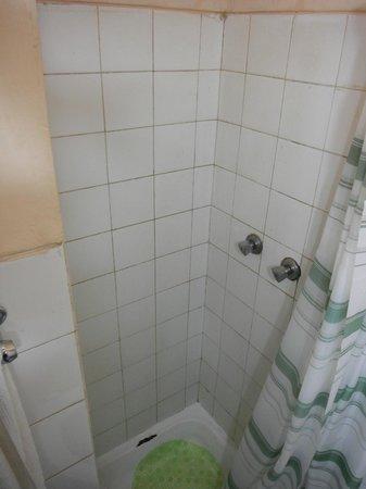 Residencial Hoyo Hoyo: dirty shower