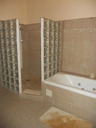 château le Martinet : la grande salle de bains
