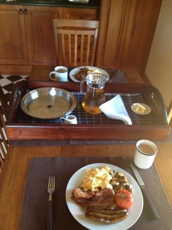 Elizabeth Manor House: Beautiful breakfast delivered to our kitchenette