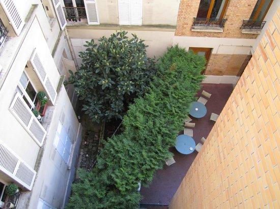 Pavillon Courcelles Parc Monceau: Вид из номера во внутренний дворик