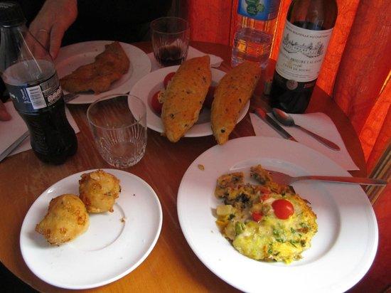Pavillon Courcelles Parc Monceau: Ужин в номере, купленный в кулинарии и разогретый в микроволновке