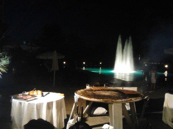 Grand Hotel Berti: grigliata di pesce e carne in piscina...