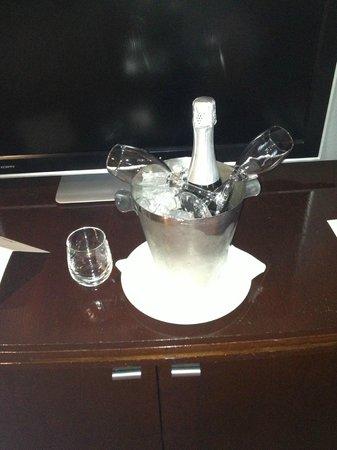 Radisson Blu Plaza Hotel Sydney : Bucket of champagne- received greatly!
