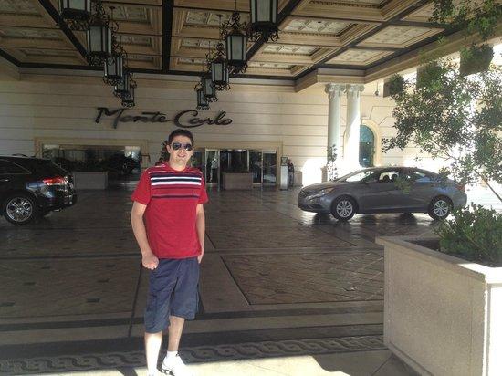 Monte Carlo Resort & Casino: Esperando o manobrista trazer o carro...